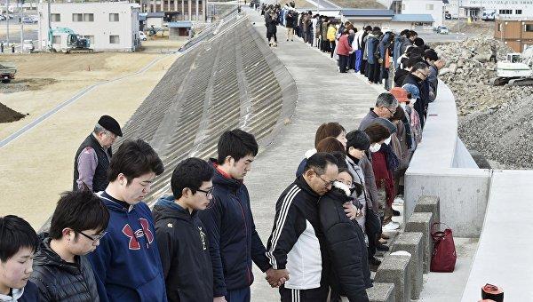 Минута молчания в память о жертвах цунами и землетрясения 11 марта 2011 года на вершине дамбы, Япония