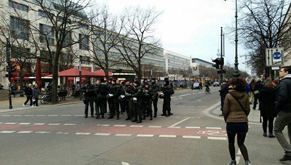 Полицейские во время акции протеста в Берлине