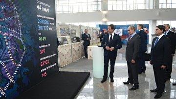 Президент России Владимир Путин во время осмотра выставки Современные технологии в сфере безопасности дорожного движения