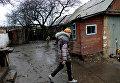 Девушка во дворе своего дома в поселке Зайцево под Горловкой