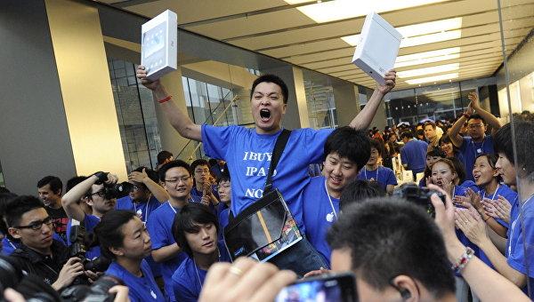 Покупатель радуется приобретению планшетов компании Apple в Пекине Китай. Архивное