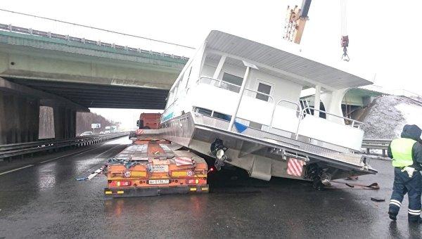 На месте ДТП с трейлером, перевозившим катер, на федеральной трассе М-2 Крым в Московской области