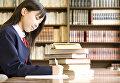 Японская школьница за учебниками
