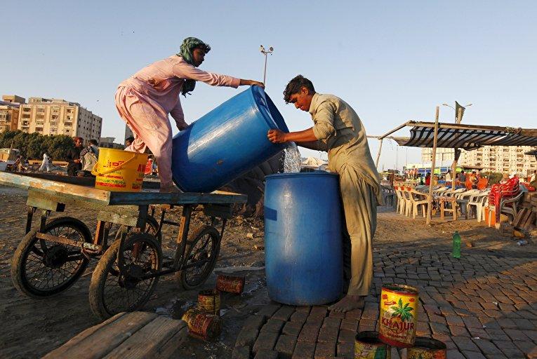 Доставка питьевой воды. Карачи, Пакистан