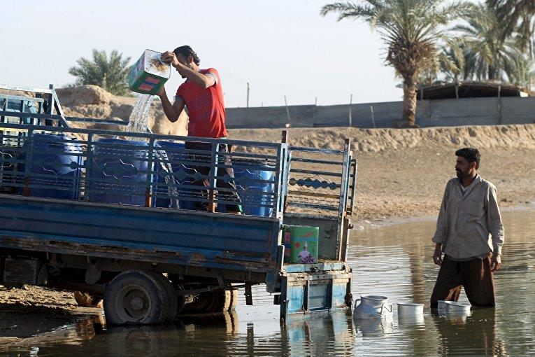 Люди собирают воду в реке. Багдад, Ирак