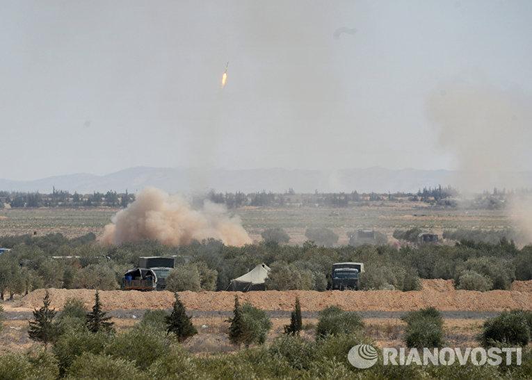 Обстрел бойцами отряда народного ополчения Соколы пустыни позиций террористов в окрестностях сирийского города Пальмира