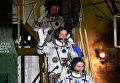 Члены основного экипажа МКС-47/48 космонавты Роскосмоса Алексей Овчинин, Олег Скрипочка и астронавт НАСА Джеффри Уилльямс перед пуском ракеты-носителя Союз-ФГ с космодрома Байконур