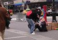 """Прохожие били """"дубинками"""" уличного артиста в маске Трампа в Нью-Йорке"""