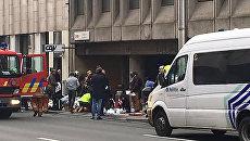 Медики оказывают помощь раненым в результате теракта в метро Брюсселя, Бельгия. 22 марта 2016
