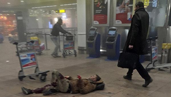 Раненый мужчина в аэропорту Брюсселя, Бельгия. 22 марта 2016
