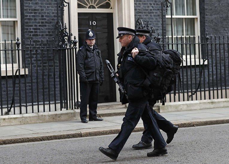 Сотрудники полиции на Даунинг-стрит в Лондоне