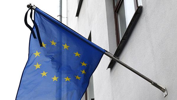 Флаг Евросоюза с траурной лентой на здании представительства ЕС в Минске, Республика Беларусь. 22 марта 2016