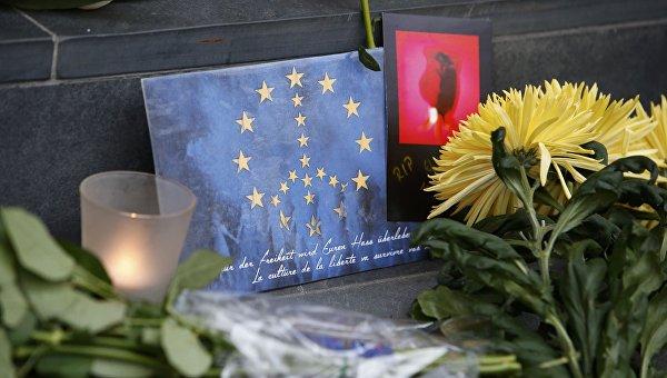 Цветы в память о жертвах терактов в Брюсселе у здания посольства Бельгии в Берлине, Германия. 22 марта 2016
