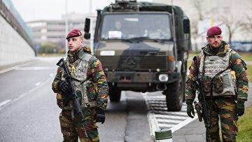 Военнослужащие обеспечивают безопасность в аэропорту Завентем в Брюсселе, где 22 марта произошел взрыв