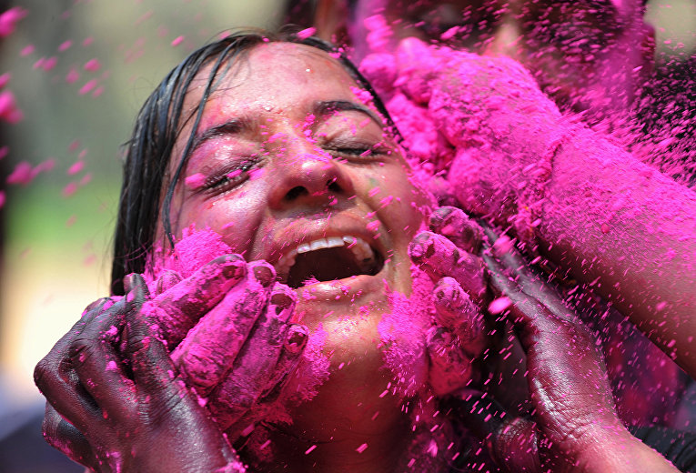 Празднование Холи в Хайдарабаде, Индия. 24 марта 2016