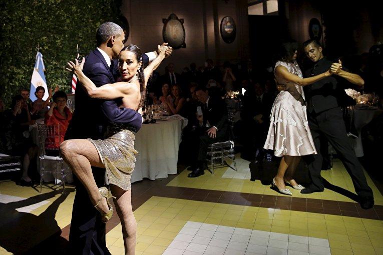 Президент США Барак Обама и его жена Мишель танцуют танго во время государственного обеда, устроенном президентом Аргентины