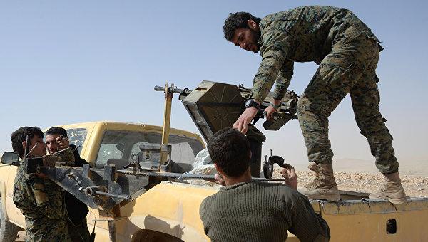 Бойцы отряда народного ополчения Соколы пустыни грузят пулеметную турель на автомобиль в районе сирийского города Пальмира