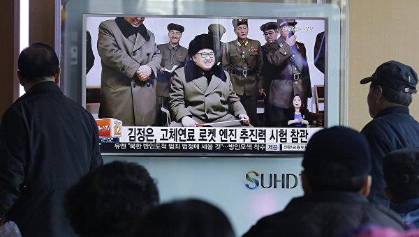 Жители Южной Кореи у экрана телевизора на железнодорожном вокзале в Сеуле. 24 марта 2016