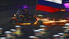 Байкер мотоклуба Ночные волки выступают на закрытии международного военно-музыкального фестиваля Спасская башня 2011 на Красной площади в Москве