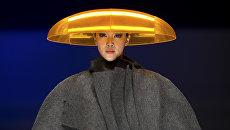 Модель на показе во время недели моды в Пекине