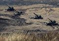 """Батарея самоходных гаубиц """"Мста-С"""" на огневой позиции во время двухсторонних учений на полигоне Клерк в Приморском крае"""