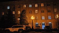 Машины ОБСЕ у здания администрации президента Нагорного Карабаха в Степанакерте. Архивное фото