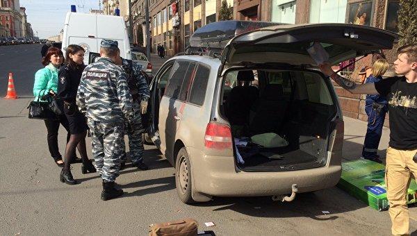 Подозрительный автомобиль Volkswagen Touran на Тверской улице в центре Москвы