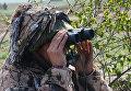 Военнослужащий на наблюдательном посту во время военных учений в Луганской народной республике