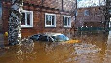 Затопленный автомобиль во время паводка в Великом Устюге. Архивное фото