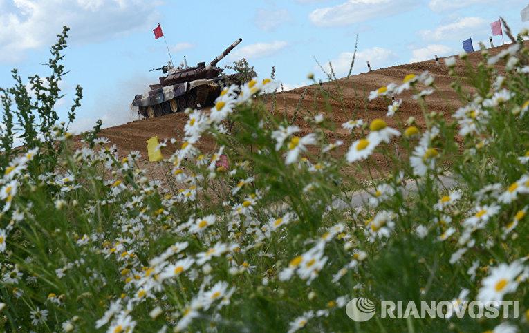 Участники индивидуальной гонки соревнований по танковому биатлону команды министерства обороны России Армейских международных Игр-2015