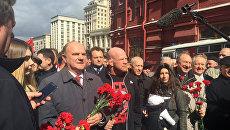 Лидер КПРФ Генадий Зюганов и американский боец Монсон во время возложения цветов к Мавзолею Ленина