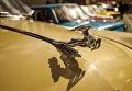Эмблема автомобиля ГАЗ-М-21 на выставке ретро-автомобилей в Санкт-Петербурге