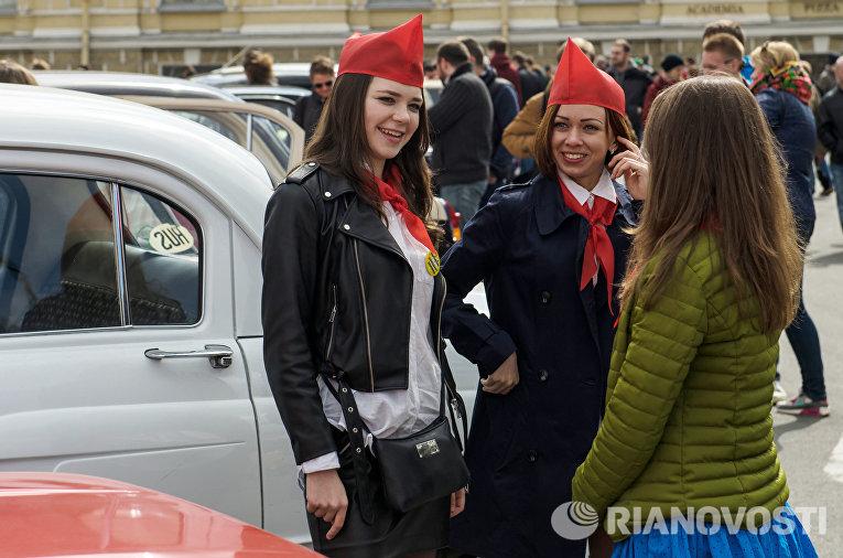 Девушки на выставке ретро-автомобилей в Санкт-Петербурге