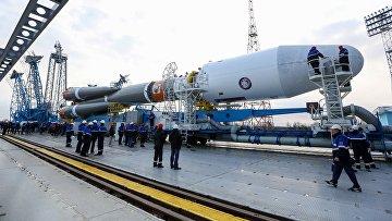 Предстартовый вывоз ракеты Союз-2.1а на стартовую площадку космодрома Восточный