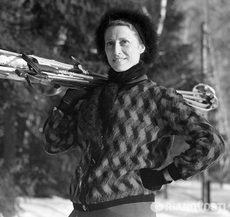 Народная артистка СССР Майя Плисецкая, на лыжной прогулке