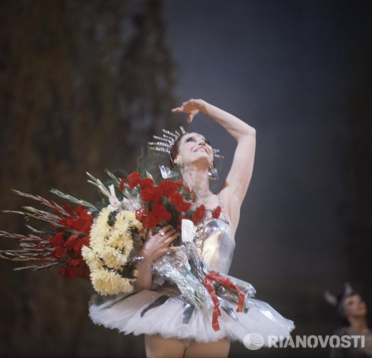 Майя Плисецкая - народная артистка СССР после окончания спектакля Конек-Горбунок
