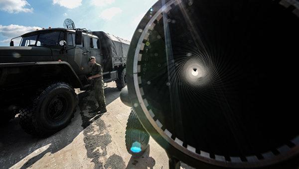 Военнослужащий у автомобиля Урал 4320. Архивное фото