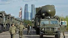 Специальный автомобиль Тигр и транспортно-пусковой контейнер комплекса РС-24 Ярс (на втором плане) на репетиции военного парада