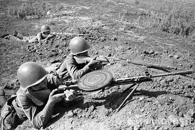 Пулеметчики ведут бой из укрытия