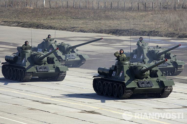 Самоходные установки СУ-100 в составе механизированной колонны во время тренировки военного парада