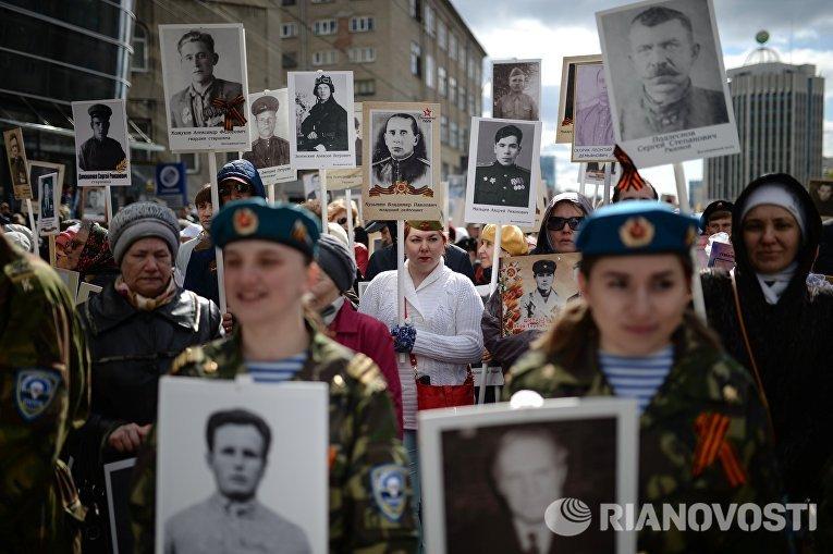 Участники шествия Бессмертный полк в честь 71-й годовщины Победы в Великой Отечественной войне 1941-1945 годов в Новосибирске