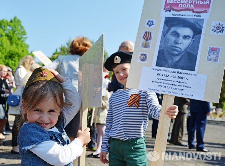 Участники акции Бессмертный полк во время шествия по улицам Варшавы