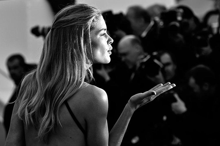 Голландская модель Даутцен Крез прибывает на церемонии открытия 69-го Каннского кинофестивал во Франции