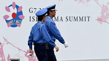 Сотрудники службы безопасности возле медиа-центра в преддверии саммита G7 в Японии. 25 мая 2016