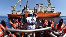 Спасательная операция в Средиземном море у берегов Италии. Архивное фото