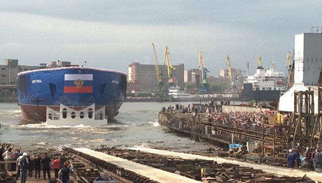 Новый ледокол Арктика под патриотическую музыку спустили на воду в Петербурге