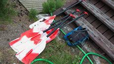 Байдарочные весла, найденные в ходе поисково-спасательной операции в районе озера Сямозеро в Карелии. Архивное фото