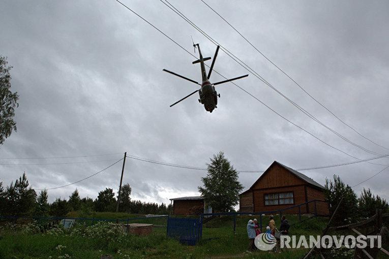 Вертолет МЧС РФ на месте проведения поисково-спасательной операции в районе озера Сямозеро в Карелии
