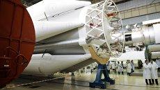 В цехе сборки ракет-носителей Протон в центре имени Хруничева. Архивное фото
