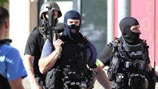 Полицейские у здания кинотеатра в немецком Фирнхайме, где произошла стрельба